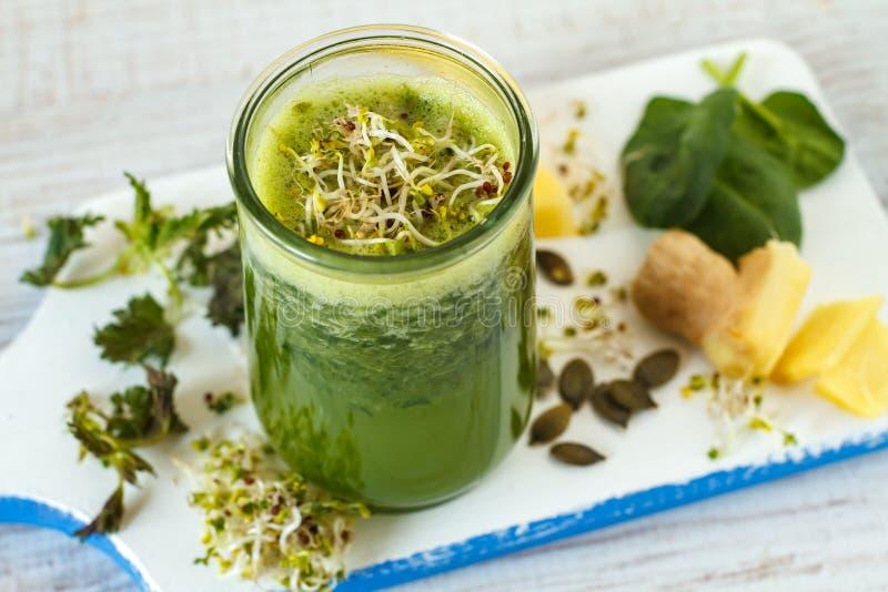 Gezonde veganist groene smoothie stock afbeeldingen