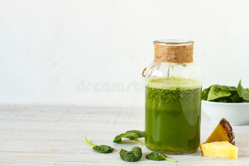 Gezonde veganist groene smoothie royalty-vrije stock afbeelding