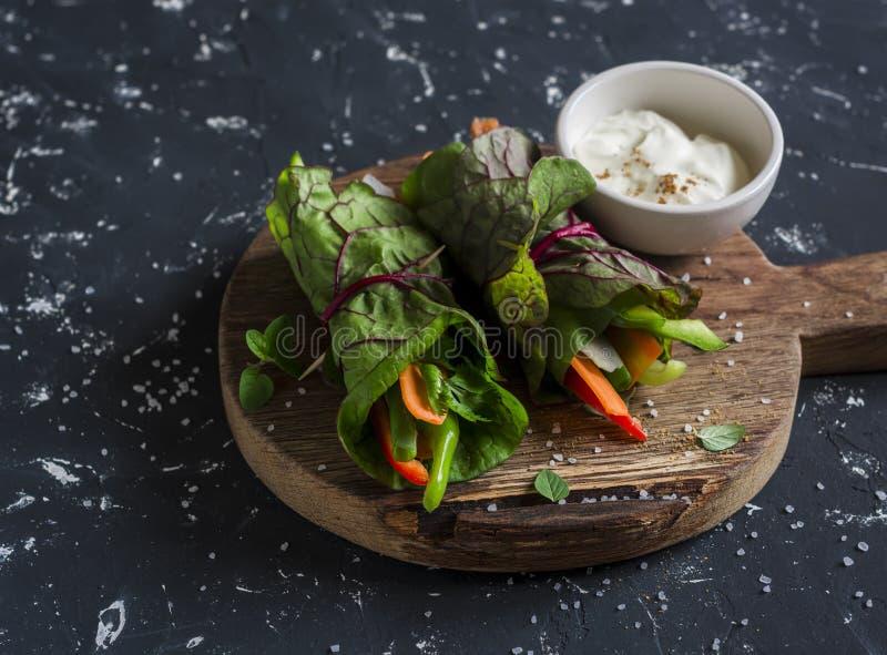Gezonde vegetarische groentenbroodjes en yoghurtsaus op een houten scherpe raad royalty-vrije stock foto's