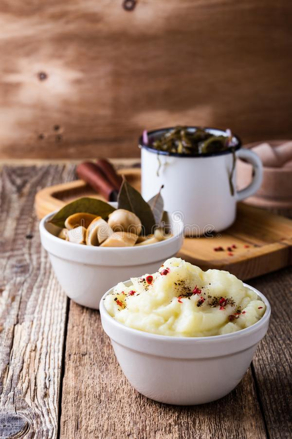 Gezonde vegetarische maaltijd Fijngestampte aardappels, ingelegde paddestoelen, Se stock fotografie