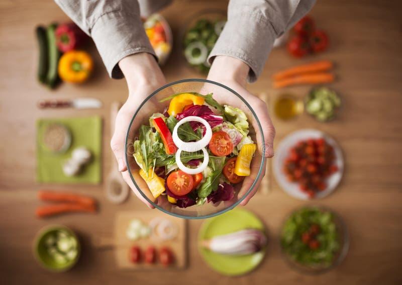 Gezonde verse eigengemaakte salade royalty-vrije stock foto's
