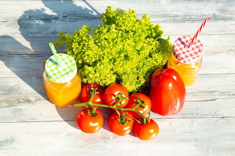 Gezonde verse salade, tomaten, paprika en twee glazen gevulde wi royalty-vrije stock afbeeldingen