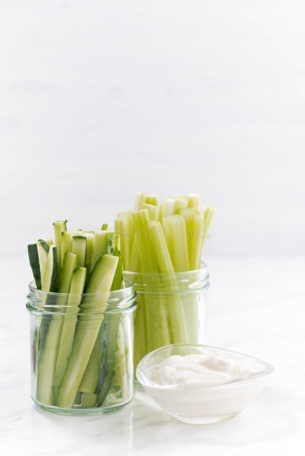 Gezonde verticale snacks, groene groenten en yoghurt, stock foto's