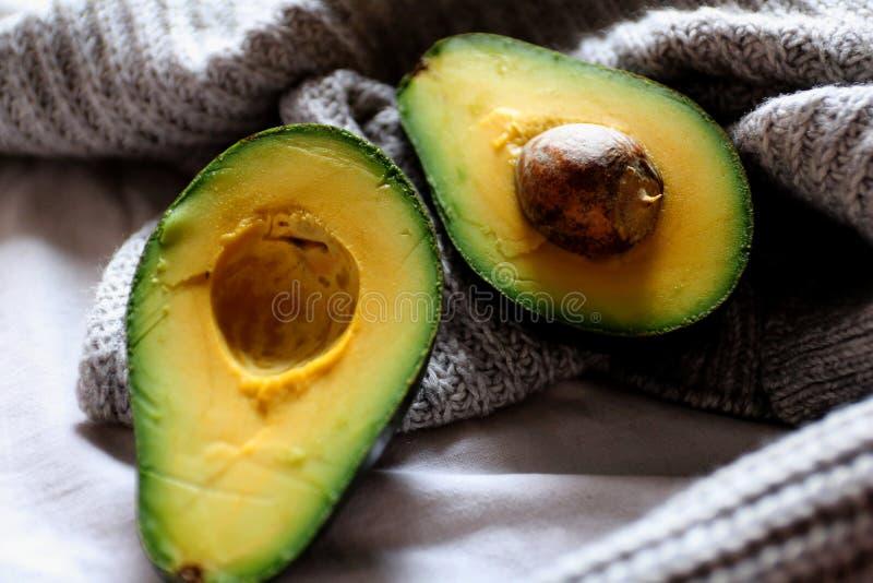 Gezonde vetten - geopende avocado royalty-vrije stock foto