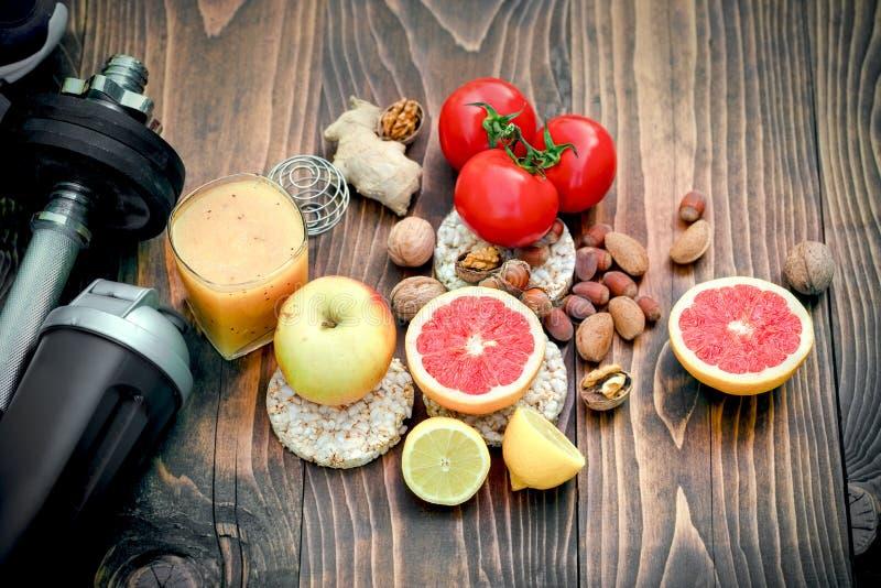 Gezonde voeding en sportenactiviteit om het gezond en gelukkig leven te bereiken stock afbeeldingen