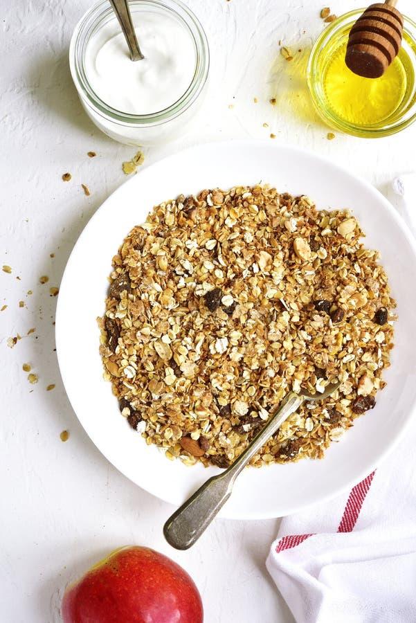 Gezonde voedingontbijt: granola, vruchten, yoghurt en honing de bovenkant wedijvert royalty-vrije stock afbeelding