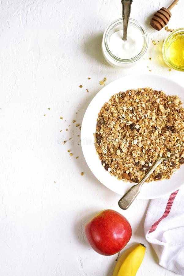 Gezonde voedingontbijt: granola, vruchten, yoghurt en honing de bovenkant wedijvert stock foto