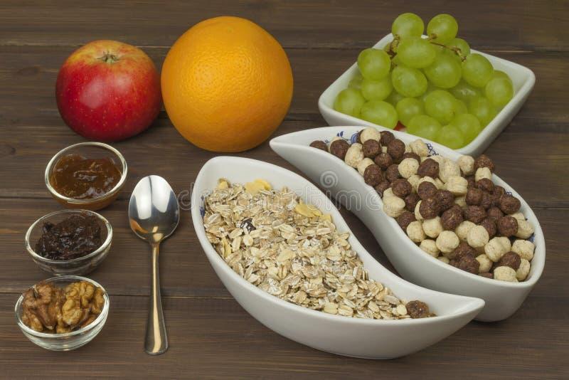 Gezonde voedingontbijt van havermeel, graangewas en fruit Voedselhoogtepunt van energie voor atleten Het concept dieetvoedsel stock foto