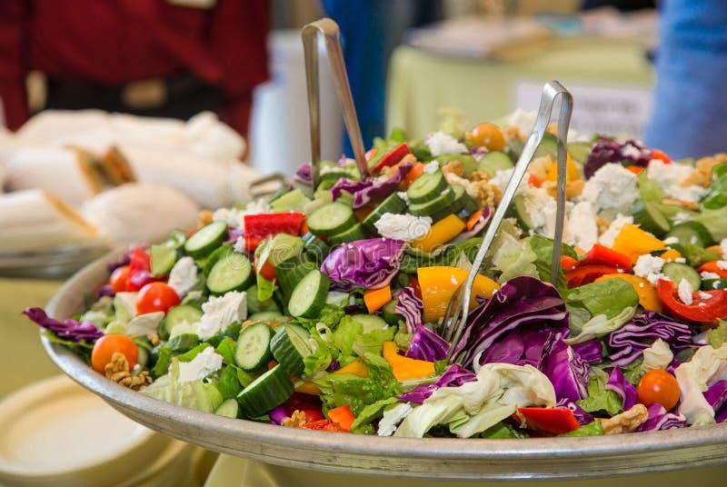 Gezonde voedingsalade met verse groenten royalty-vrije stock afbeeldingen