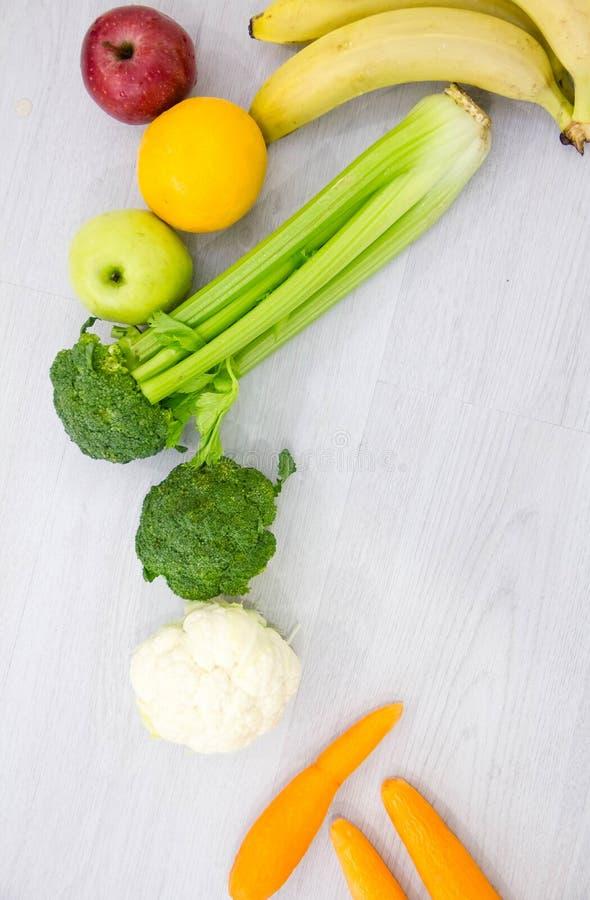 Gezonde voedsel achtergrondstudiofoto van verschillende vruchten en groenten op houten lijst royalty-vrije stock afbeeldingen