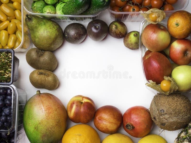 Gezonde voedsel achtergrondstudiofoto van verschillende vruchten en groenten op witte achtergrond stock afbeelding