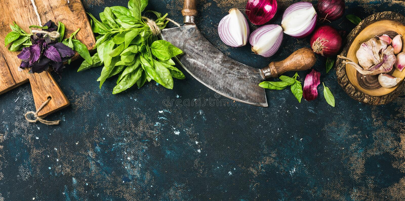 Gezonde voedsel kokende achtergrond over textuur van het grunge de donkerblauwe triplex stock foto