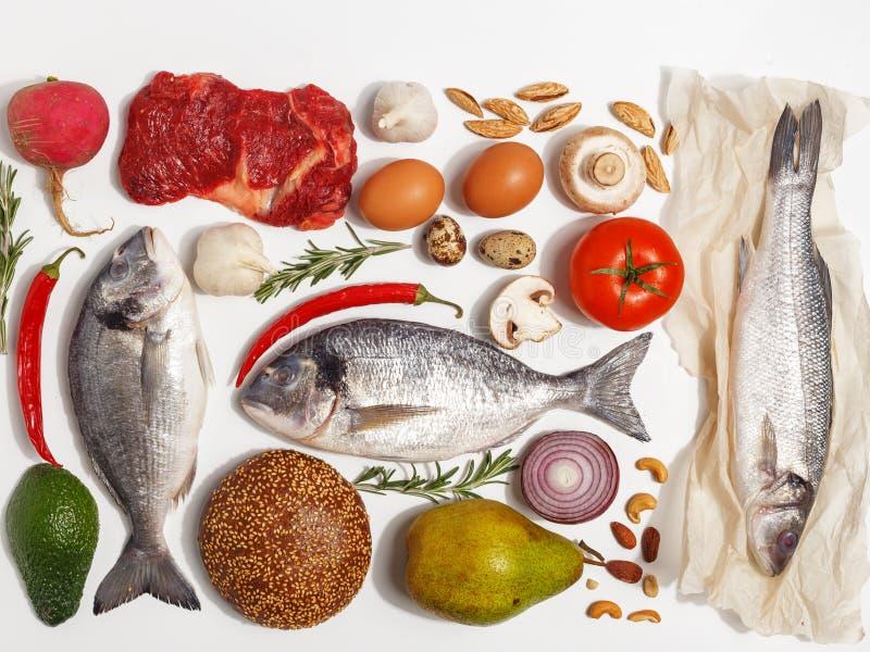 Gezonde voedsel schone het eten selectie: fruit, groente, zaden, vissen, vlees, bladgroente op witte achtergrond Hoogste mening royalty-vrije stock foto