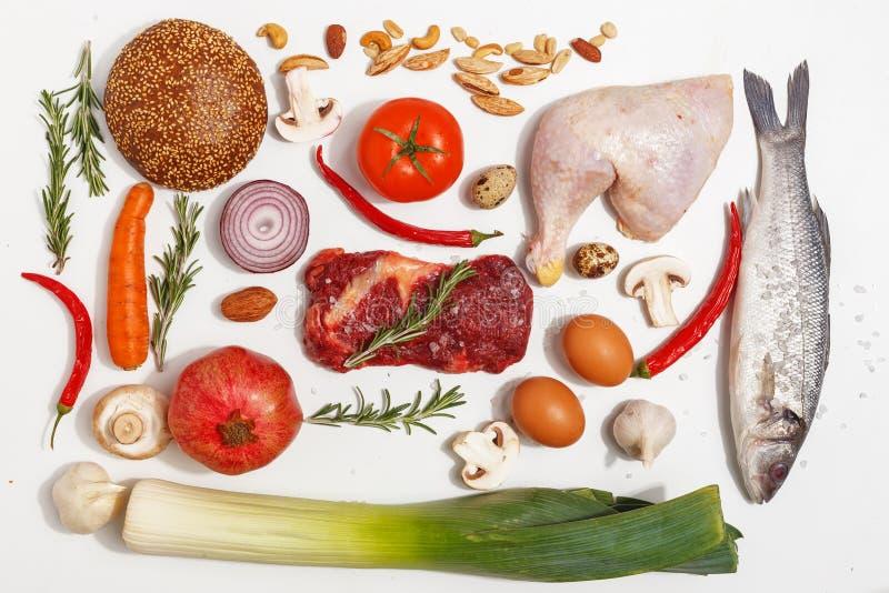 Gezonde voedsel schone het eten selectie: fruit, groente, zaden, vissen, vlees, bladgroente op witte achtergrond Hoogste mening stock afbeelding