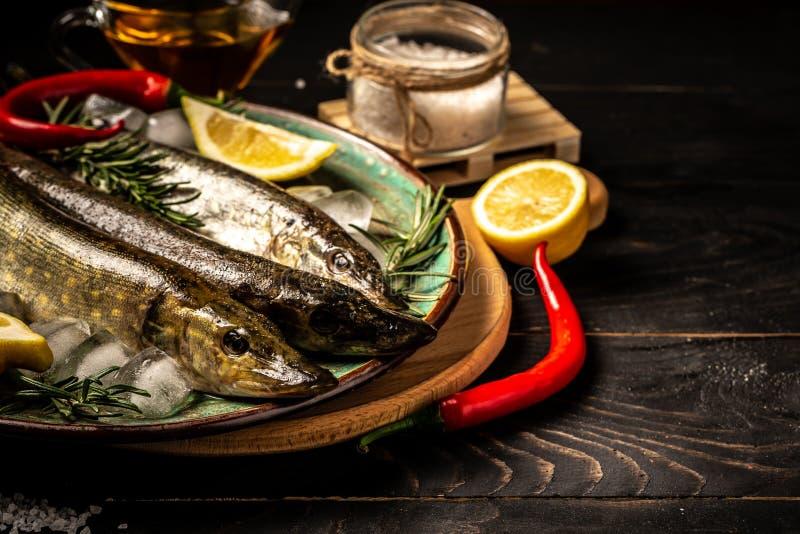 Gezonde voedsel schone het eten selectie: vissensnoeken, groente, superfood op zwarte concrete achtergrond Vlak leg Vrije exempla stock foto's