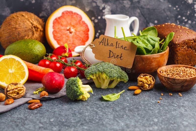 Gezonde voedselachtergrond, in Alkalische dieetproducten - vruchten, royalty-vrije stock foto