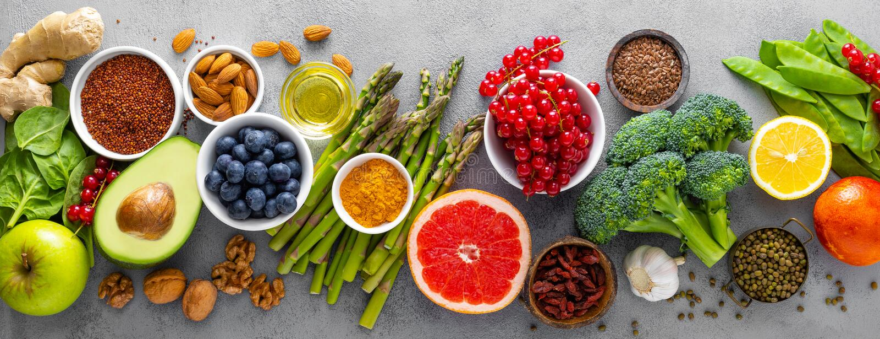 Gezonde voedselachtergrond met verse zalmvissen, groenten, bessen en noten Hoogste mening banner royalty-vrije stock afbeeldingen