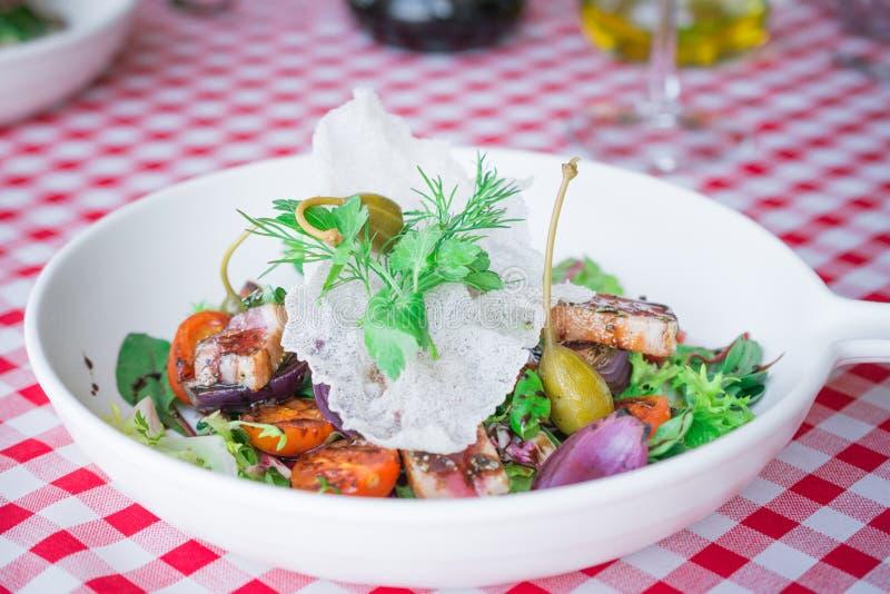 gezonde voedselachtergrond of textuur, verse smakelijke plantaardige salade met rode vissen, tomaten, balsemieke kruidig royalty-vrije stock fotografie