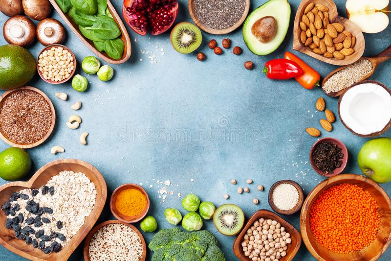 Gezonde voedselachtergrond van vruchten, groenten, graangewas, noten en superfood Dieet en evenwichtige vegetariër die producten  royalty-vrije stock afbeelding