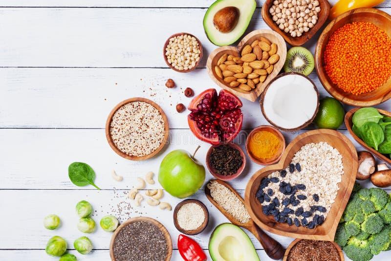 Gezonde voedselachtergrond van vruchten, groenten, graangewas, noten en superfood Dieet en evenwichtige vegetari?r die producten  royalty-vrije stock afbeelding