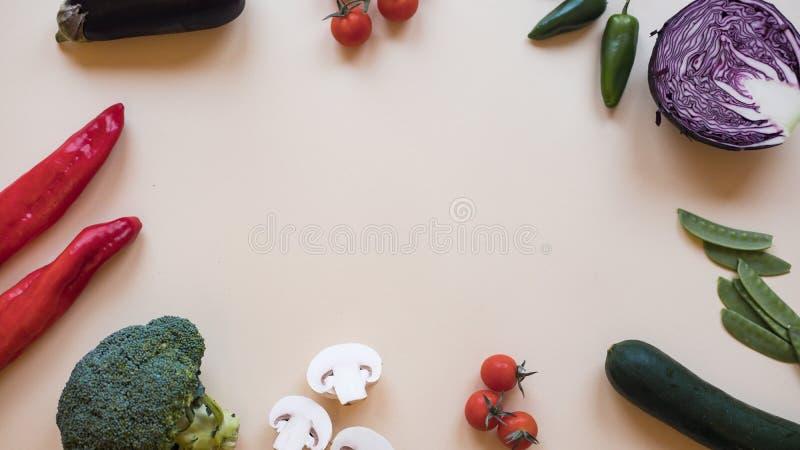 Gezonde voedselachtergrond/verschillende die groenten op lichte achtergrond wordt geïsoleerd De ruimte van het exemplaar stock fotografie
