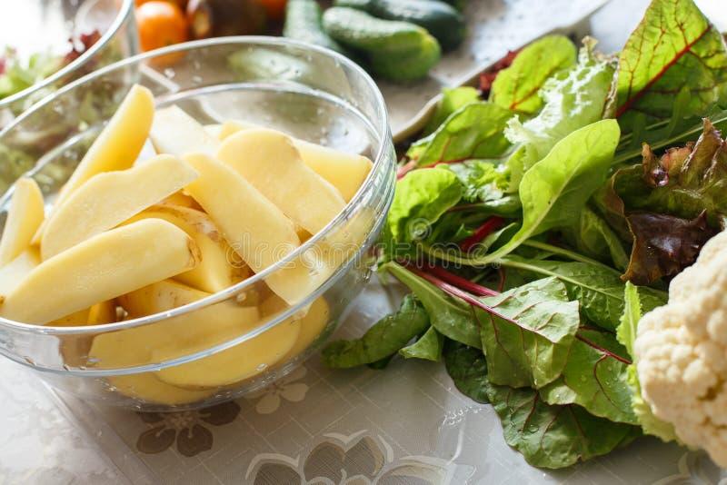 Gezonde voedselingrediënten, verse groenten in een plaat, komkommers royalty-vrije stock afbeeldingen