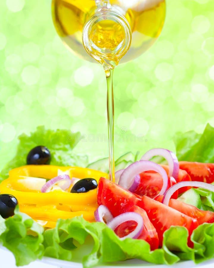 Gezonde voedsellevensstijl. Verse salade met olie royalty-vrije stock afbeelding