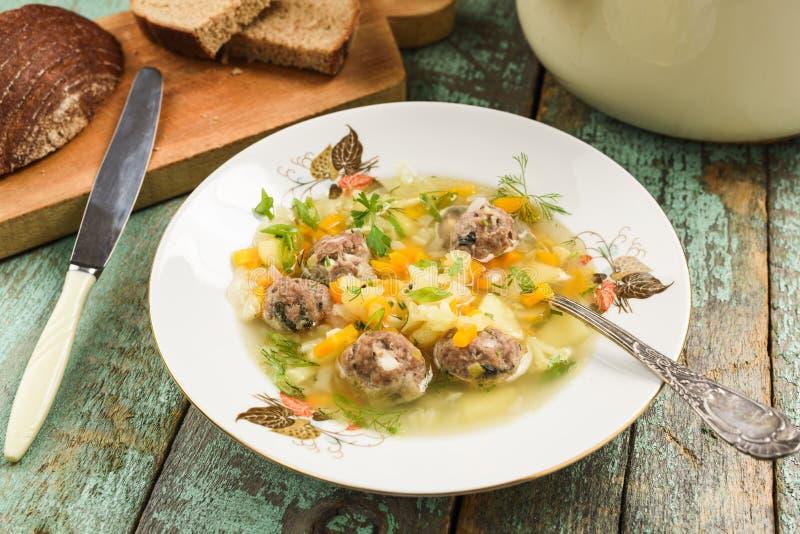 Gezonde voedzame maaltijd van eigengemaakte smakelijke vleesballetjesoep met veg royalty-vrije stock foto
