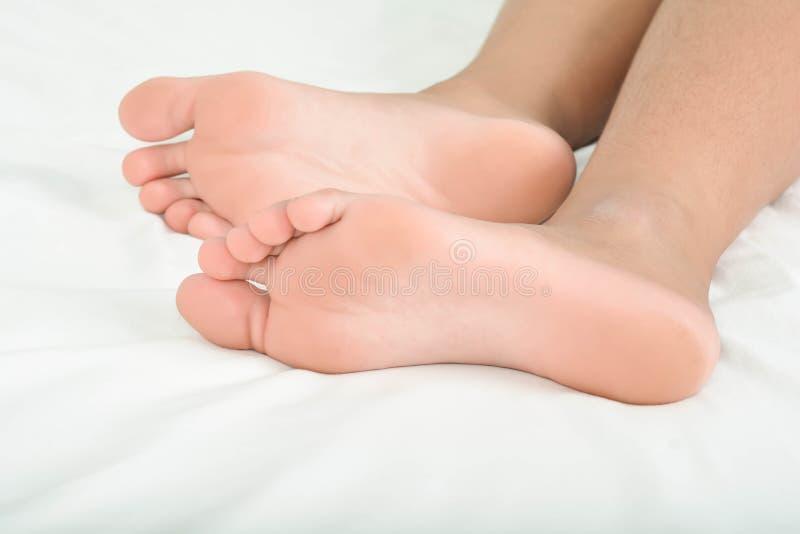 Gezonde voeten op bed royalty-vrije stock afbeeldingen