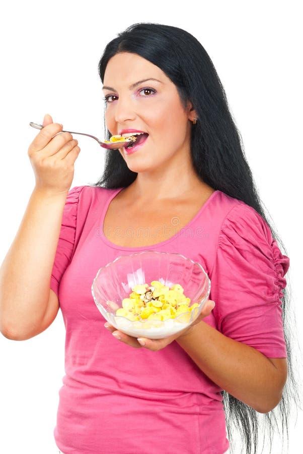 Gezonde vrouw die cornflakesgraangewassen eet royalty-vrije stock foto's