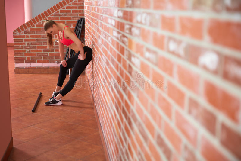 Download Gezonde Vrouw Die Met Domoren Uitwerken Stock Foto - Afbeelding bestaande uit raising, sterk: 54079792