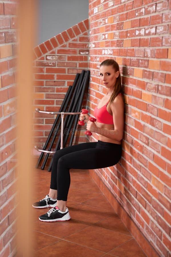 Download Gezonde Vrouw Die Met Domoren Uitwerken Stock Afbeelding - Afbeelding bestaande uit dumbbells, oefening: 54079903