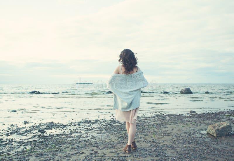 Gezonde Vrouw die op Blauwe Overzeese en Hemelachtergrond rusten royalty-vrije stock fotografie