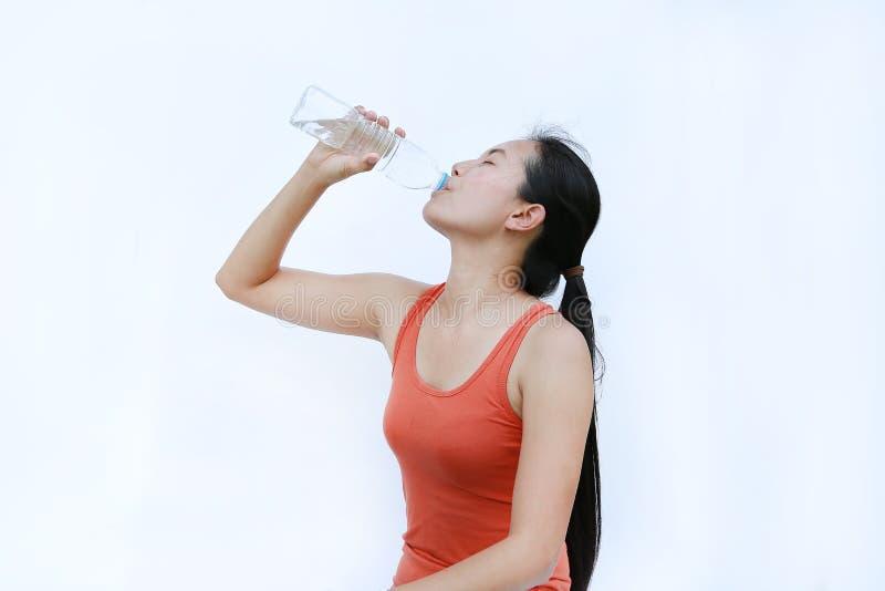 Gezonde vrouw die water drinkt na de werktijd, Fitness Girl in Workout Concept op witte achtergrond stock afbeeldingen
