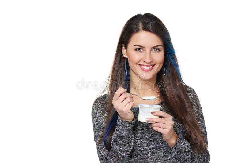 Gezonde vrouw die yoghurt eten stock fotografie