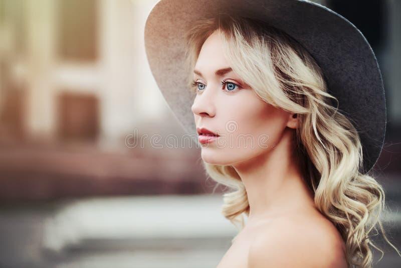 Gezonde Vrouw in openlucht schoonheid stock afbeelding
