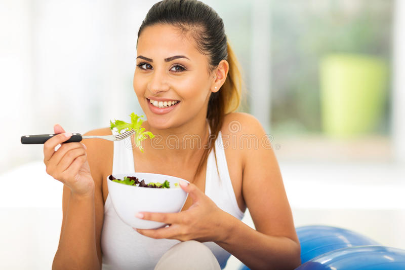 Gezonde vrouwen groene salade stock afbeelding