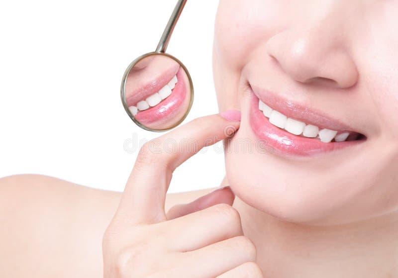 Gezonde vrouwentanden en een spiegel van de tandartsmond royalty-vrije stock foto