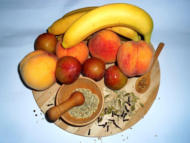 Gezonde vruchten en kruiden geschikt te houden stock foto's