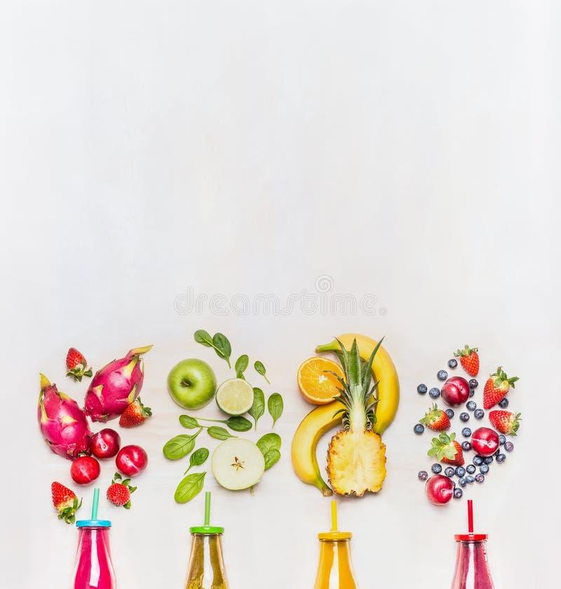 Gezonde vruchten smoothies met kleurrijke ingrediënten op witte houten achtergrond, hoogste mening, plaats voor tekst stock fotografie