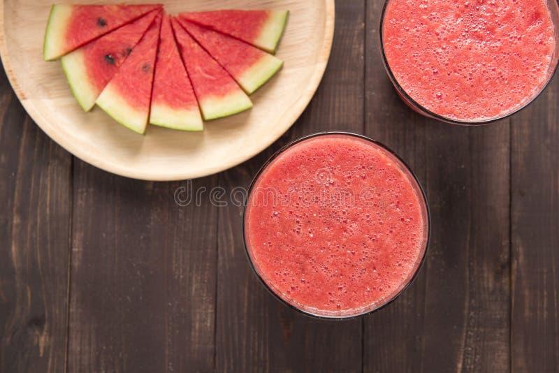 Gezonde watermeloen smoothie op een houten achtergrond stock fotografie