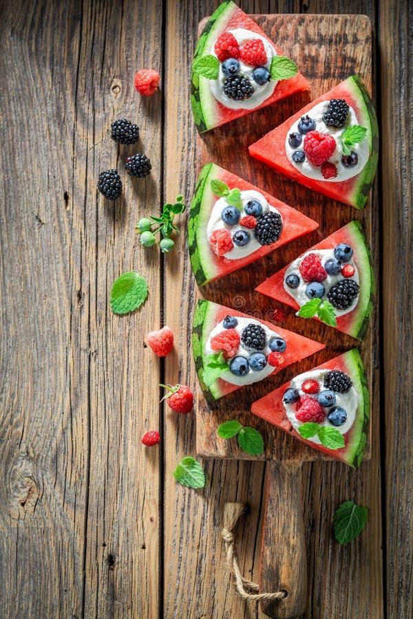 Gezonde watermeloenpizza met slagroom en verse bessen royalty-vrije stock afbeeldingen