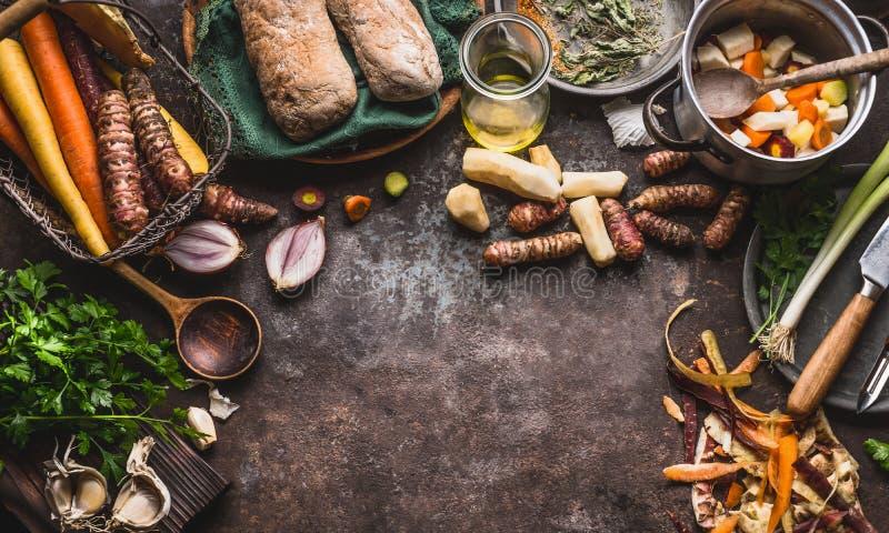 Gezonde wortelgewassen die en concept koken eten Diverse groenten met mes en pot op donkere keuken dienen achtergrond, bovenkant  royalty-vrije stock afbeeldingen