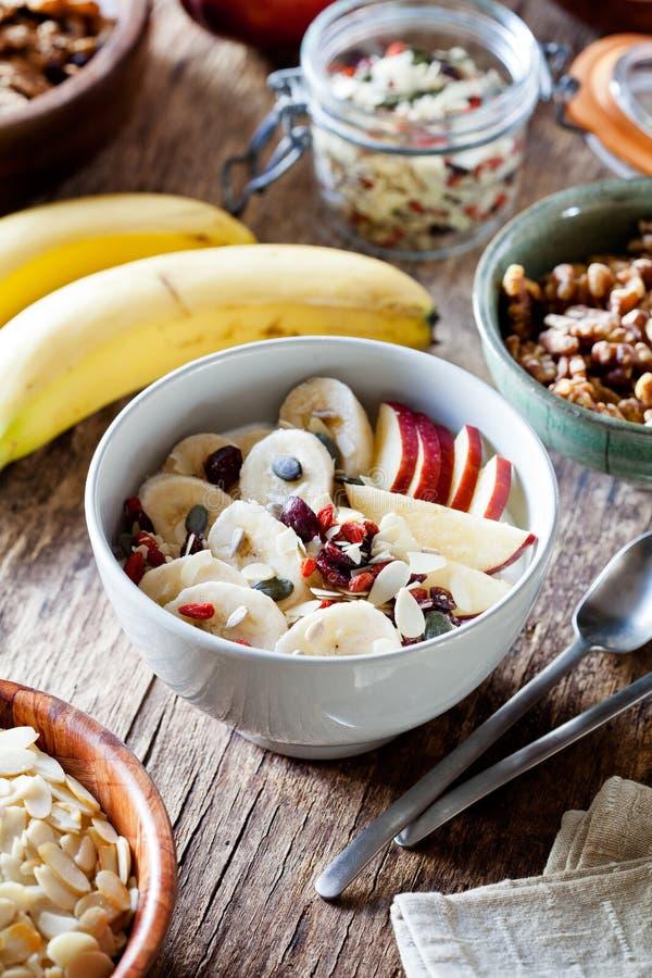 Gezonde Yoghurt met Graangewas en Vruchten voor ontbijt royalty-vrije stock foto