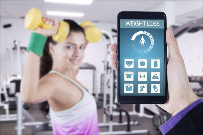 Gezondheid app op smartphone met gezonde vrouw royalty-vrije stock foto