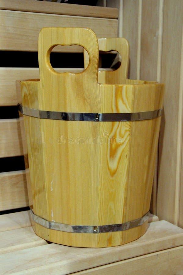 Gezondheid en beauty Spa behandelingen, saunacabine met saunatoebehoren Eiken emmer met metaalringen voor Russische bad en stoomr stock foto's