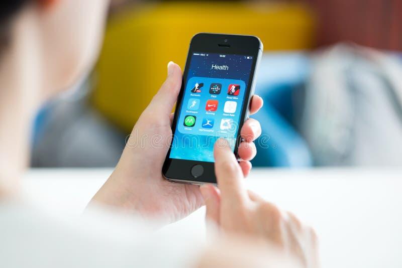 Gezondheid en geschiktheid apps op Apple-iPhone 5S stock afbeeldingen