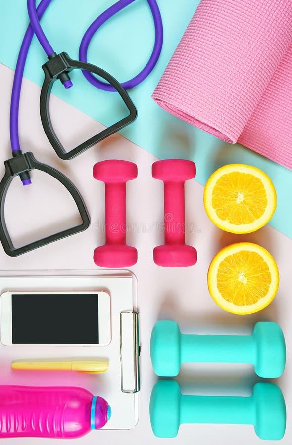 Gezondheid en geschiktheidsconcept op moderne kleurrijke achtergrond stock afbeeldingen