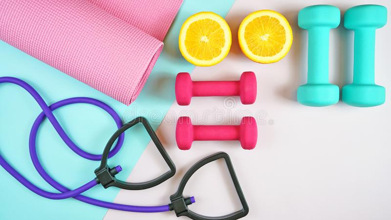 Gezondheid en geschiktheidsconcept op moderne kleurrijke achtergrond royalty-vrije stock foto