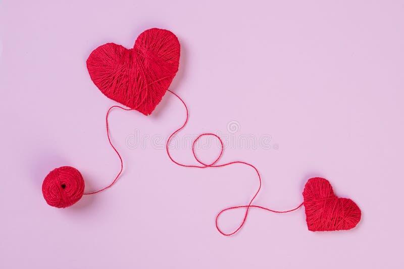 Gezondheid, geneeskunde, mensen en cardiologieconcept Abstract rood hart Problemen met hart Het hart en het cardiogram worden gem stock foto's